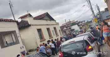 Esmeraldas: idosos ficam até 3 horas na fila de vacinação; veja vídeo - Estado de Minas