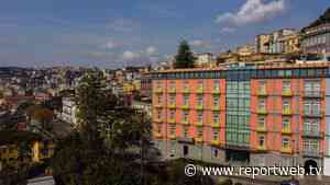 """L'Hotel """"The Britannique Naples"""" si tinge di giallo - Reportweb"""
