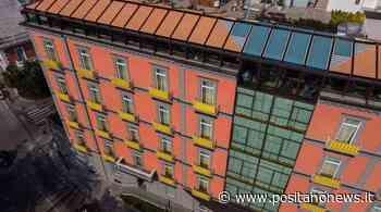 """Napoli: l'Hotel """"The Britannique Naples"""" si tinge di giallo - Positanonews - Positanonews"""