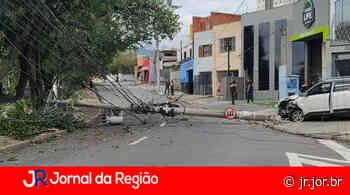 Acidente de carro contra poste bloqueia a rua Pitangueiras - JORNAL DA REGIÃO - JUNDIAÍ