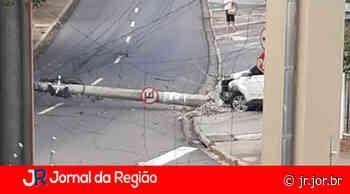 Carro derruba poste na rua Pitangueiras, em Jundiaí - JORNAL DA REGIÃO - JUNDIAÍ