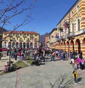 Più di cento persone davanti al municipio di Luserna San Giovanni per la didattica in presenza - TorinOggi.it