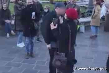 """Desenzano del Garda: no vax urlano """"vaffa…"""" ai medici, sputi anche contro un'infermiera - Fanpage.it"""