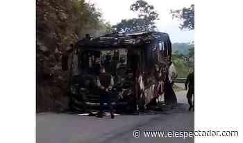 Hombres armados quemaron bus de transporte público en Ituango, Antioquia - El Espectador