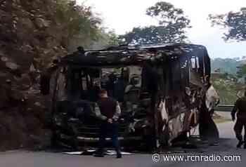 Quemaron un bus en Ituango, Antioquia por el no pago de extorsiones - RCN Radio