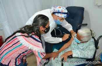 En Santa Fe de Antioquia vacunan contra covid a anciana de 110 años - El Colombiano