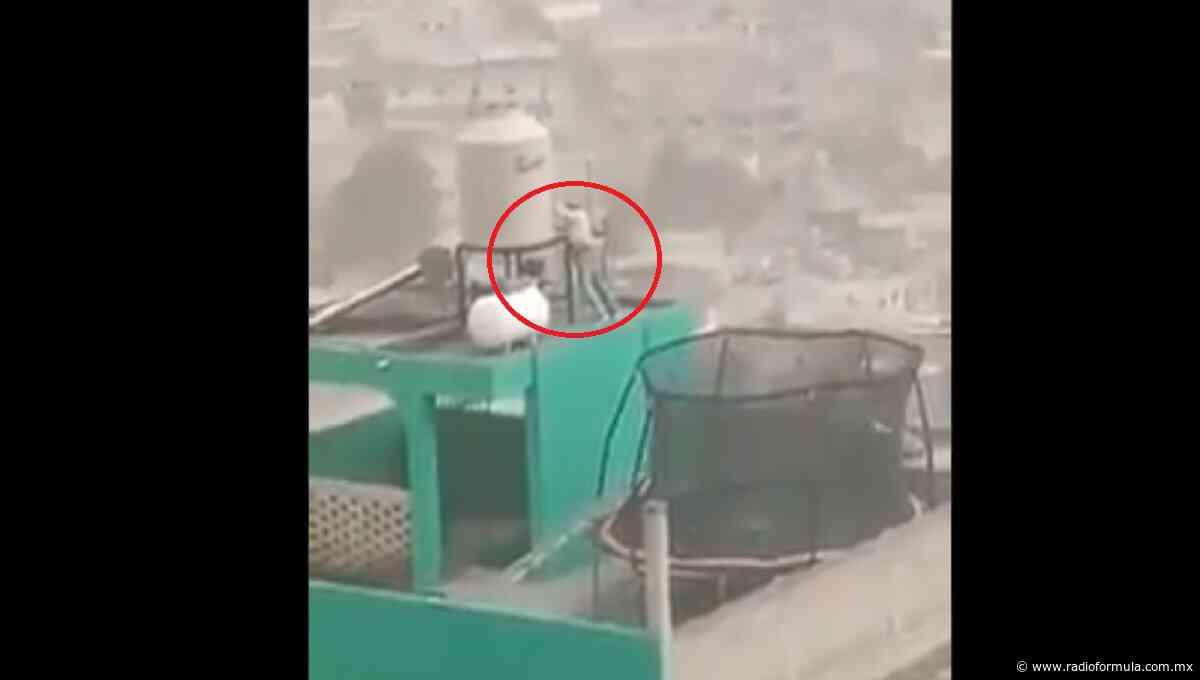 Hombre se expone a fuertes vientos para sostener un tinaco y se vuelve viral - Radio Fórmula