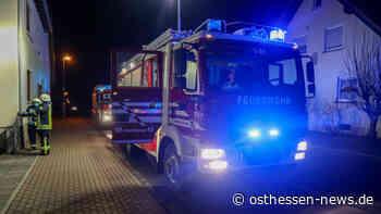 Feuerwehreinsatz am Abend: Hecke fängt Feuer - Gartenhütte beschädigt - Osthessen News