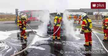Oberessendorf: Mercedes E-Auto brennt - Herausforderung für Feuerwehr - Schwäbische