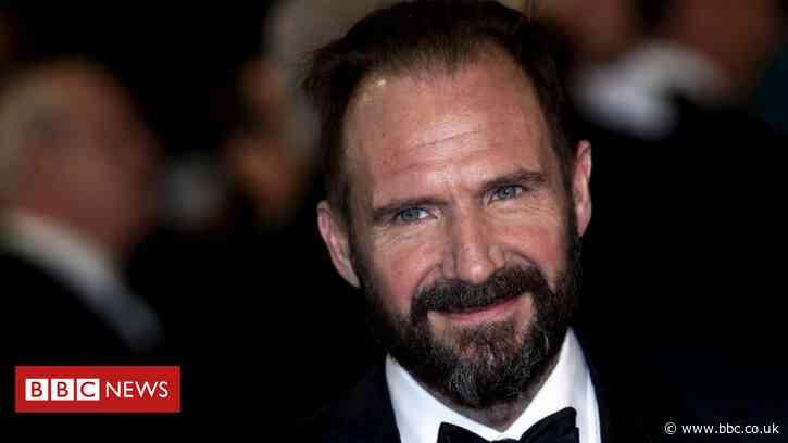 Ralph Fiennes 'can't understand vitriol' towards JK Rowling - BBC News