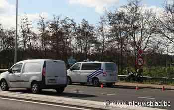 Motorrijder komt onder vangrail terecht na aanrijding met vrachtwagen die rechtsomkeer maakt