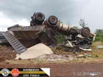 Motorista de carreta morre após tombar na vicinal entre Ourinhos e Canitar - G1
