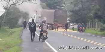 Encapuchados utilizaron tractomula cargada de maíz para bloquear vía en Cajibío, Cauca - Canal 1