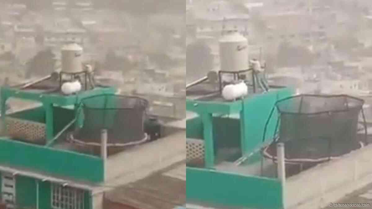 VIDEO: Hombre sostiene su tinaco en la azotea para que el viento no se lo lleve - Cadena Noticias