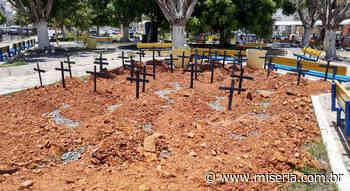 Prefeito de Mauriti retira cemitério cenográfico de praça pública após embate político - Site Miséria