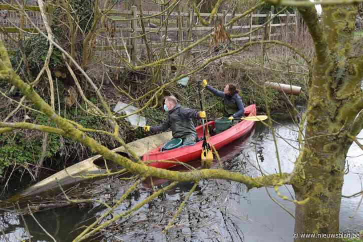 Burgemeester en schepen ruimen zwerfvuil vanuit kano<BR />