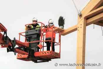Travaux - Un sapin sur le chantier du dojo d'Auneau-Bleury-Saint-Symphorien pour symboliser le début de la construction - Echo Républicain