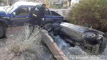 Impresionante accidente: un auto terminó en el canal Benavidez - Tiempo de San Juan