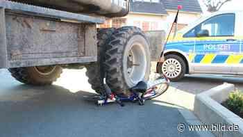 Erwitte: Bagger zerquetscht Kinderrad – Junge (5) leicht verletzt - BILD