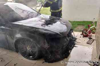 Carro particular pega fogo em condomínio no Eusébio - O POVO