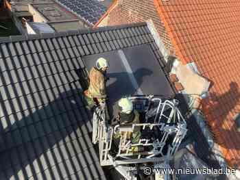 Arbeider raakt gewond terwijl hij dakbrand probeert te blussen