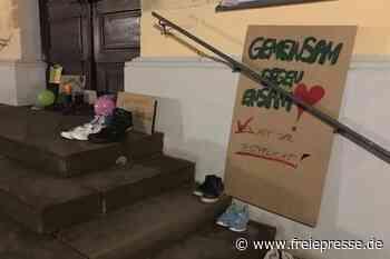 Debatte um Kinderschuhe auf der Rathaustreppe in Hainichen - Freie Presse