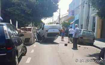 Mulher bate carro em trailer e capota no centro de Barra Bonita - G1