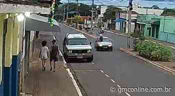 VÍDEO: Pedestre 'voa' após ser atropelado em Astorga; motorista fugiu - GMC Online
