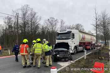 Auto belandt tegen boom na inhaalmanoeuvre - Het Nieuwsblad