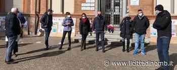 Biassono, sit in all'ingresso della primaria Moro: i genitori dicono no alla chiusura delle scuole - Cronaca, Biassono - Il Cittadino di Monza e Brianza