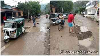 Mototaxistas del municipio de Ataco decidieron tapar los huecos de su municipio - Ondas de Ibagué