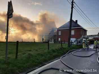 Twee brandweerzones bestrijden brand in schuur