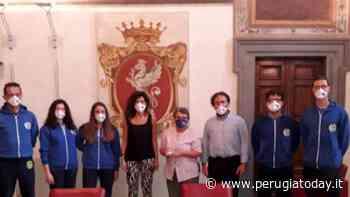 Thebris Nuoto di Ponte Felcino vincono la staffetta in mare Capri-Napoli: premiati in Comune - PerugiaToday