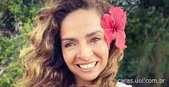 De biquíni, Claudia Ohana esbanja beleza natural ao catar conchas: Minha terapia de hoje - CARAS Brasil