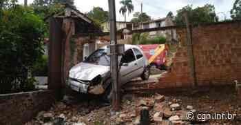 Carro derruba muro na serrinha da Palmeirinha, em Ponta Grossa - CGN
