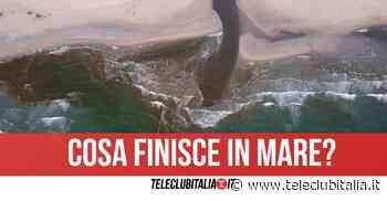 Allarme alla foce del Lago Patria, chiazza marrone e schiuma nel mare di Varcaturo - Teleclubitalia.it