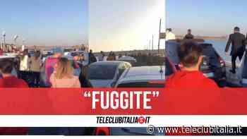 Assembramenti a Lago Patria, arrivano le forze dell'ordine e scatta il fuggi fuggi: il video - Teleclubitalia.it