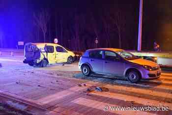 Bestelwagen van PostNL rijdt in op wachtenden aan verkeerslicht: vier auto's betrokken, vier gewonden naar het ziekenhuis - Het Nieuwsblad