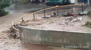 Chuva causa enchente em Ferraz de Vasconcelos (SP) - HORA 7