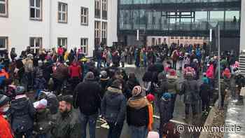 Eltern demonstrieren vor Landratsamt in Annaberg-Buchholz - MDR