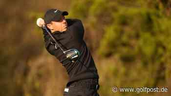 Rory McIlroy platziert seinen Abschlag im Swimming Pool - Golf Post