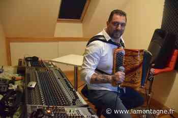 À Saint-Flour (Cantal), Jérôme Farges a repris l'accordéon et poste ses vidéos sur Facebook pour garder le lien - La Montagne