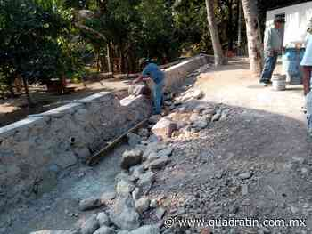 Construyen muro para protección de adultos mayores en Guacamayas, LC - Quadratín - Quadratín Michoacán