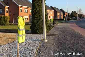 """Meerdegatstraat hangt vol met fluo hesjes: """"Om de haverklap rolt auto in onze voortuin"""""""