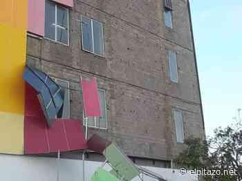 Ventarrón desprende láminas de colores del gimnasio vertical en Cumaná - El Pitazo