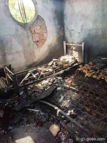 Casa é destruída por incêndio após queda de raio em Iguaba Grande, no RJ - G1