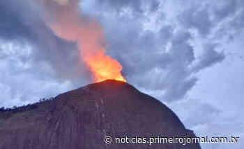 Raio causa incêndio em vegetação sobre pedra no município de Itamaraju - PrimeiroJornal - PrimeiroJornal