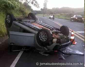 Veículo conduzido por farturense capota próximo de Piraju - Jornal Sudoeste Paulista