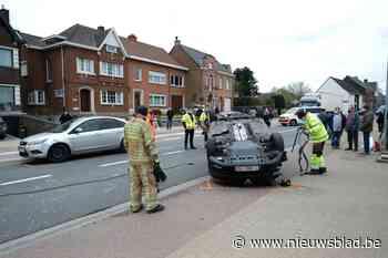 Jongeman met voorlopig rijbewijs botst op voorligger, auto belandt op dak