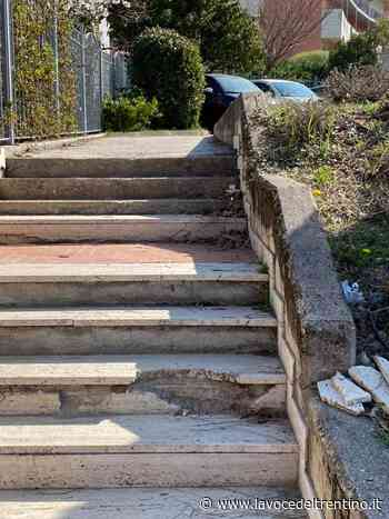 In pessime condizioni la scala che a Povo porta alle abitazioni protette - la VOCE del TRENTINO